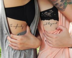 Hermanas con la frase To infinity and beyond tatuada en la costilla