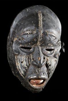 Ces masques sont très particuliers et assez peu courants. Le visage est souvent déformé, couvert de cicatrices, les expressions sont grimaçantes, douloureuses. Les couleurs sont généralement noires, blanches ou rouges. Ils sont utilisés par le sorcier du village pour aider à guérir une personne atteinte de maladie, exorciser un fléau touchant la communauté.