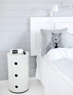 modernes weißes Schlaftzimmer weißer Kopfteil Fenster Tür