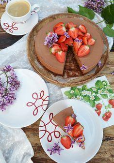 Eine leckere Schokotorte zum Dahinschmelzen #gmundnerkeramik #handbemaltes #geschirr #design #modern Kitchenware, Mexican, Pure Products, Ethnic Recipes, Modern, Desserts, Design, Hand Painted Dishes, Red