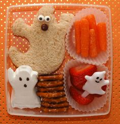 Cookie Cutter Lunch: BOO Bash Bento (AKA: What my kids are getting in their lunches on Halloween. Lunch Snacks, Lunch Box Bento, Kid Snacks, Bento Kids, Halloween Lunch Ideas, Healthy Halloween, Happy Halloween, Halloween Images, Halloween Kids
