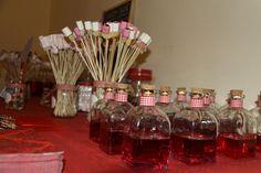 Botellitas de licor y ramos de gominolas