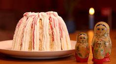 Kan pyntes med lagkageflag.  En gammel sjællandsk dessertopskrift på Russisk Budding. Brødrene Price laver her deres egen udgave med frugtbrændevin.