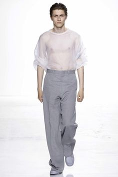 Sheer silk organza and oversize paper bag waist trousers stole the show for Duckie Brown's spring-summer 2016 menswear collection outing. Mens Fashion Week, New York Fashion, Fashion Show, Fashion Outfits, Fashion Design, Men's Fashion, Spring Summer 2016, Men Looks, Cool Outfits