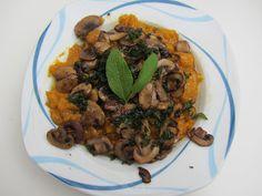 Kürbisgnocchi mit gebratenen Champignons und veganer Salbeibutter bei Mary  http://goveganbehappy.blogspot.de/2012/10/mofo-3-and-vegan-wednesday-5.html#