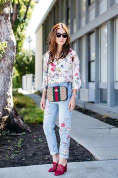 Mule também da grife Gucci de salto quadrado vermelho combinou bem com jeans bordado e blusa na mesma vibe. As calças bordadas voltaram. Já investiu na sua? Foto: blog Style Wich