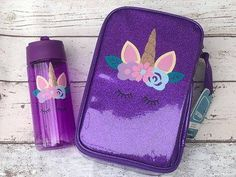 *Gorgeous glittery lunch bag with matching water bottle with unique unicorn face vinyl. *Capacity of plastic water bottle : 400ml *BPA free *Glittery lunch bag is insulated and a great size for school packed lunches. *Both can be personalised under the unicorn with a name.