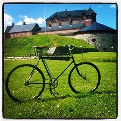 Hämeen linna, Linnanpuisto ja Linnaravintola Brahe - Hämeen keskiaikaisen linnan ympäristössä tapahtuu paljon, voit vierailla museoissa, vaihtuvissa näyttelyissä, poiketa kahvilla Leivintuvassa.  Linnan puistossa on kesän mittaan paljon erilaisia tapahtumia.  http://www.nba.fi/fi/museot/hameenlinna http://www.linnaravintolabrahe.fi/
