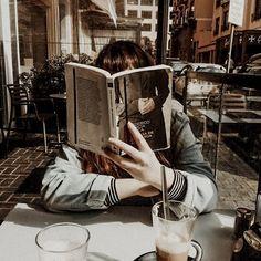 dark academia fashion and aesthetic Book Aesthetic, Aesthetic Girl, Aesthetic Pictures, Girl Reading Book, Reading Books, Reading Lists, Book 15 Anos, Photographie Portrait Inspiration, Shooting Photo