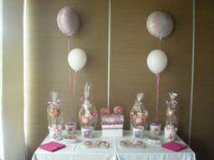 Mesa Dulce para la Comunión de Lucía!    Árboles de chuches, maceta con galletas de flores y una comunianta, galletas con su inicial, lacasitos, piruletas con pegatina recordatorio, globos y servilletas, todo en tonos rosas y morados!!
