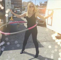 Kristen Bell tries weighted hula hoop on Veronica Mars set