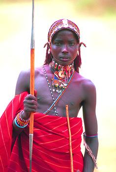 Ein stolzer Massai in traditioneller Kleidung. Die Massai leben heute in Tansania und großen teilen Kenias.