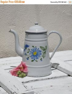 EN cafetera de esmalte blanco vintage francés de VENTA vintage enamelware, cafetera de esmalte floral, shabby chic, chic cottage, casa de campo, coffeep
