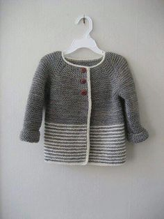 - Baby Ravelry: Woollahoos einfache Jacke … – Baby Kleidung Ravelry: Woollahoo's simple jacket … – Baby clothes - Knitting Patterns Boys, Baby Cardigan Knitting Pattern, Knitted Baby Cardigan, Knit Baby Sweaters, Baby Pullover, Knitting For Kids, Free Knitting, Quick Knits, Jacket Pattern