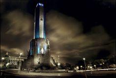 Este es un edificio en Rosario, Argentina. Tiene luces azules en la noche.