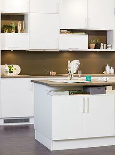 Moderna vita kök i trä? Köksserien Solid från Ballingslöv erbjuder nu den släta köksluckan i vit ask. Hitta din köksinspiration hos Ballingslöv!