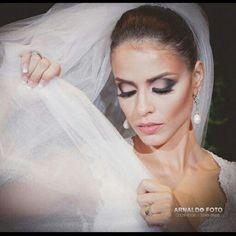 Nossa noiva linda Juliana Anjos com brincos de perola cravejado #mairabumachar #arrasou #felicidades #noivasmb #noivas #mairabumachar