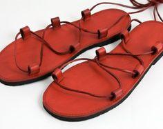 Estas sandalias minimalistas están hechas con de cuero de primera clase con costura decorativa.  Las plantas están hechas de goma calzado para caminar cómodo.  Usted puede elegir cualesquiera variaciones de color y tamaño, hacemos nuestros zapatos específicamente para usted por encargo.  La mejor manera que podemos estar seguros de que le cabe es seguir estas instrucciones: http://libreatelier.cz/mereni-chodidel/ y enviarlo a nuestro correo electrónico (info@libreatelier.cz) o adjuntar en el…