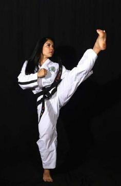 Karate Girl, Beautiful Athletes, Martial Arts Women, Barefoot Girls, Female Fighter, Fitness Motivation Pictures, Art Women, Women's Feet, Dojo