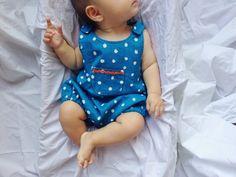Une seule pièce. Barboteuse de bébé unisexe smurffy. Été onesie. Bleu royal double gaze. Tailles 0 à 12 mois. Fabriqué sur commande.
