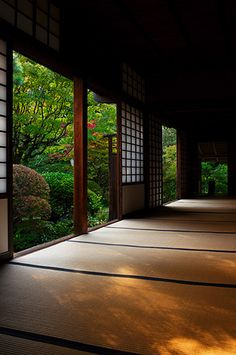 A beautiful tatami mat room with paper shoji at Koto-in temple, Kyoto, Japan 高桐院