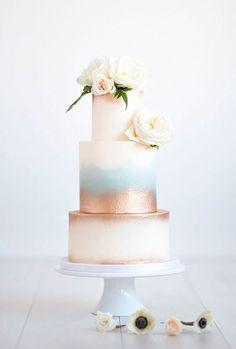 Você já conhece a onda dos bolos pintados a mão? Selecionamos os bolos mais lindos que usam essa técnica. São bolos aquarelas ou com flores e folhas.