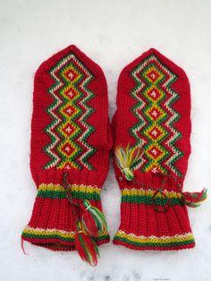 Lapin lapaset, Rovaniemen malli / Lapland Mittens, the pattern of Rovaniemi. Knitted Mittens Pattern, Knit Mittens, Knitted Gloves, Knitting Socks, Knitting Patterns, Norwegian Knitting, Knit Art, Yarn Inspiration, Fingerless Mitts