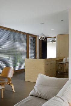 Houten keuken met shutters en chromen lampen. Villa B by Tectoniques