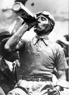 Tazio Nuvolari drinks red wine AFTER a car race #GrandPrix #Nuvolari #F1 Se conduzir não beba...-