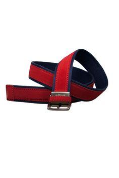 Possum cinturón rojo combinado con lona azul. Cinturón ideal para tus looks sport, cierre de hebilla.