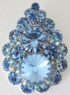 D / Juliana Blue Rivoli Rhinestone Pin / Pendant - Beautiful! Antique Brooches, Antique Jewelry, Vintage Jewelry, Rhinestone Jewelry, Vintage Rhinestone, Vintage Costume Jewelry, Vintage Costumes, Bleu Pale, Color Azul