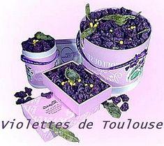 La violette de Toulouse fleurs cristallisées datent du XIIIe s .A la fin du XIXe siècle, Monsieur Viol a l'idée de cristalliser les fleurs de violette pour en faire des bonbons, comme avec les grains de mimosa . En 1879 Monsieur Bonnel fait sa réputation grâce à ses violettes en sucre. On utilise la Viola Odorata une amélioration de la violette de Parme (un soldat Toulousain, de retour d'Italie, qui aurait rapporté des plants et aurait ainsi initié la culture dans la vallée du Girou). Ville Rose, Shades Of Violet, Sweet Violets, Sweet Nothings, Pansies, Red And Blue, Herbalism, Planter Pots, Entertaining