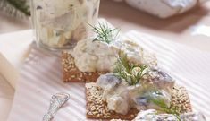 Canape with herring and apples. Canadian Food, Feta, Camembert Cheese, Tea Party, Good Food, Dairy, Snacks, Chicken, Cooking