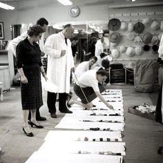 Christian Dior en su atelier supervisando los tejidos para su colección.  Fotografía: Loomis Dean 1957  #historiadelamoda #dior #fashiondesigner #atelier
