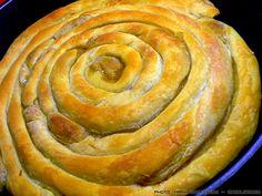 Αν έχω αδυναμία σε μια πίτα αυτή είναι σίγουρα η γλυκιά κολοκυθόπιτα της μαμάς μου.- Κι επειδή η οικογενειακή παράδοση θέλει να μη δίνουμε κανενός, δείτε πως φτιάχνετε! Greek Pita, Eat Greek, Greek Recipes, New Recipes, Vegan Recipes, Greek Sweets, Sweet Corner, Pastry Art, Sticky Buns