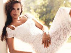 """Penélope Cruz fue declarada por """"Esquire"""" como la """"Sexiest Woman Alive"""",  Hasta la fecha diez mujeres han sido coronadas como las más atractivas, algunas de ellas incluso dos veces: 2004: Angelina Jolie (29) 2005: Jessica Biel (23) 2006: Scarlett Johansson (21) 2007: Charlize Theron (32), Sudáfrica 2008: Halle Berry, (42) 2009: Kate Beckinsale (36), Reino Unido 2010: Minka Kelly (30) 2011: Rihanna (23), Barbados 2012: Mila Kunis (29) 2013: Scarlett Johansson (28) 2014: Penélope Cruz (40)…"""