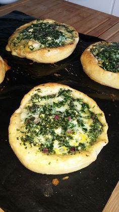 Pide mit Spinat und Schafskäse, ein tolles Rezept aus der Kategorie Brot und Brötchen. Bewertungen: 67. Durchschnitt: Ø 4,3.