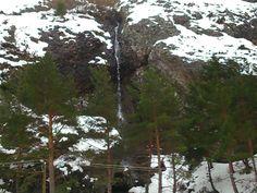 Salto de agua a la entrada de Llanaves direcion al puerto.
