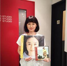 原田知世がカバーアルバム『恋愛小説』のアナログ盤を手にする1枚をInstagramに投稿した。アナログ盤のジャケット写真と実物の彼女が並ぶ画像を見ていると、若い頃の姿が思い出されてその年齢が想像できないほどだ。