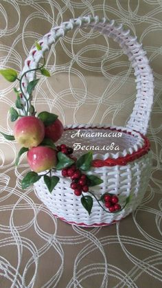 Плетеная корзина из бумажной лазы Newspaper Basket, Newspaper Crafts, Diy Paper, Paper Art, Paper Weaving, Art N Craft, Flower Girl Basket, Vintage Vases, Basket Decoration