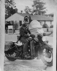 Riding Vintage article on the US Military Police astride their Harley-Davidson Motorcycles. Sidecar, Harley Davidson Wla, Bike Rally, Motorcycle Clubs, Retro Motorcycle, Classic Bikes, Vintage Bikes, Vintage Motorcycles, Black And White Pictures