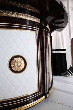 Bedroom Furniture Online, My Furniture, Furniture Styles, Home Decor Bedroom, Luxury Furniture, Furniture Design, Versace Home, Mansion Interior, Classic Sofa