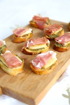 met serranohamBruschetta met serranoham Little Pigs In A Hammock Cranberry and Prosciutto Crostini - Thanksgiving Appetizer Idea Bruschetta met serranoham Shrimp ceviche marianted in citrus juices, onions and cilantro. Clean Eating Snacks, Healthy Snacks, Easy Snacks, Bruschetta Recept, Bruchetta, Thanksgiving Appetizers, Beignets, High Tea, I Love Food