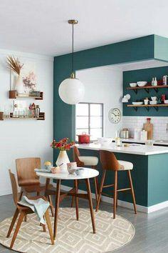 Cocina pequeña en verde, blanco y madera