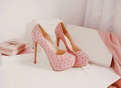 Tacones :  conplataforma ,bonito color rosa pastel,con bolitas rojas.   Estilo elegancia...