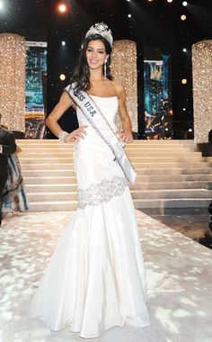 A US university asked students to look at former Miss USA winners and rate them on how muscular, thin and attractive they were - and found evidence of a huge cultural shift. Pageant Tips, Pageant Dresses, Beauty Pageant, Dressy Dresses, Club Dresses, Miss Mundo, Miss Univers, Miss Usa, Online Dress Shopping