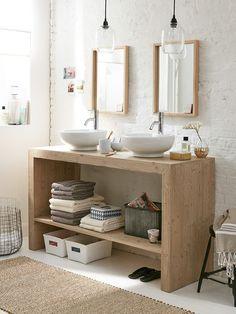 lavabos blancos sobre mueble de madera