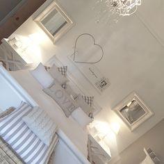 White Bedroom Decor, Room Ideas Bedroom, Home Bedroom, Home Living Room, Awesome Bedrooms, Beautiful Bedrooms, Loft Conversion Bedroom, Cottage Renovation, Cottage Interiors