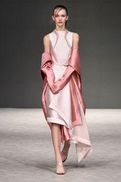 Krizia Fall 2017 Ready-to-Wear Collection Photos - Vogue White dress draped Women's Runway Fashion, Fashion 2018, Fashion Week, Trendy Fashion, Spring Fashion, High Fashion, Womens Fashion, Fashion Tips, Fashion Design