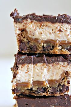 Nougat Caramel Cookie Ganache Krispies Bars - Go pin Looking for inspiration? Mini Desserts, Easy Chocolate Desserts, Delicious Desserts, Dessert Recipes, Bar Recipes, Layered Desserts, Oreo Dessert, Dessert Bars, Cake Bars